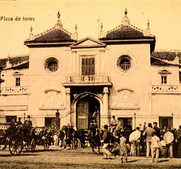 Fachada de la plaza hacia 1895