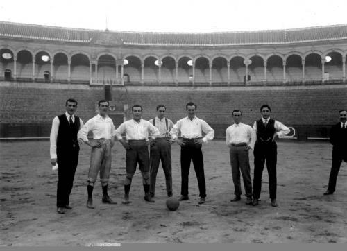 Los toreros Joselito, Ignacio Sánchez Mejías y otros, h. 1918.
